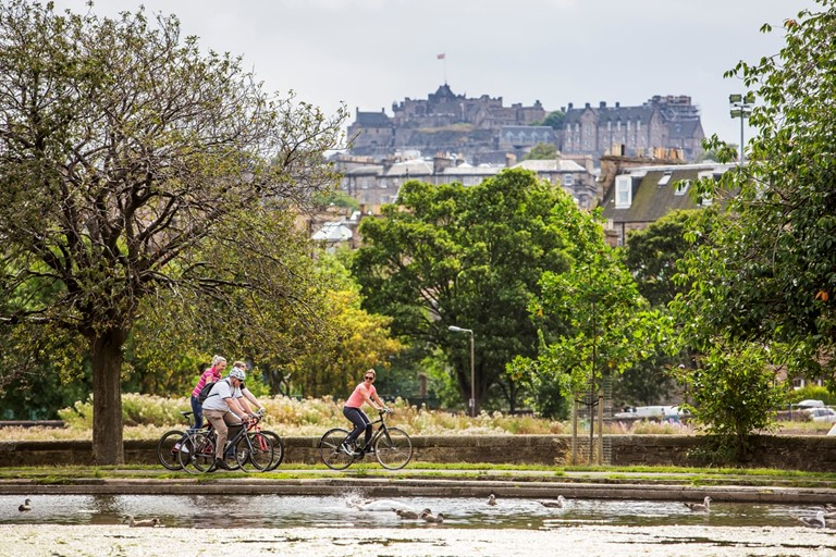 A group of cyclist riding through Inverleith Park, Edinburgh. Photo credit: Visit Scotland/Grant Paterson